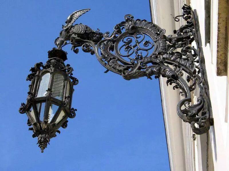 Felinar la intrarea principala in Muzeul Orasenesc Lipova
