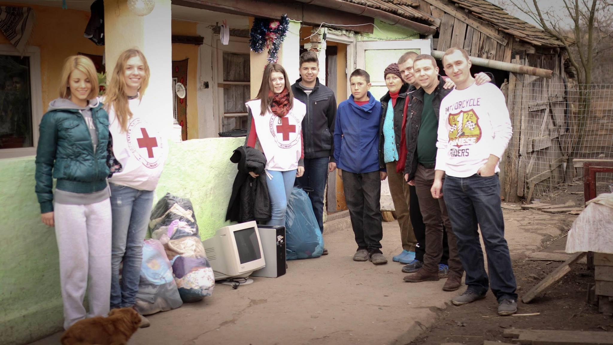 Echipa de tineri voluntari care s-a ocupat de impartirea ajutoarelor umanitare