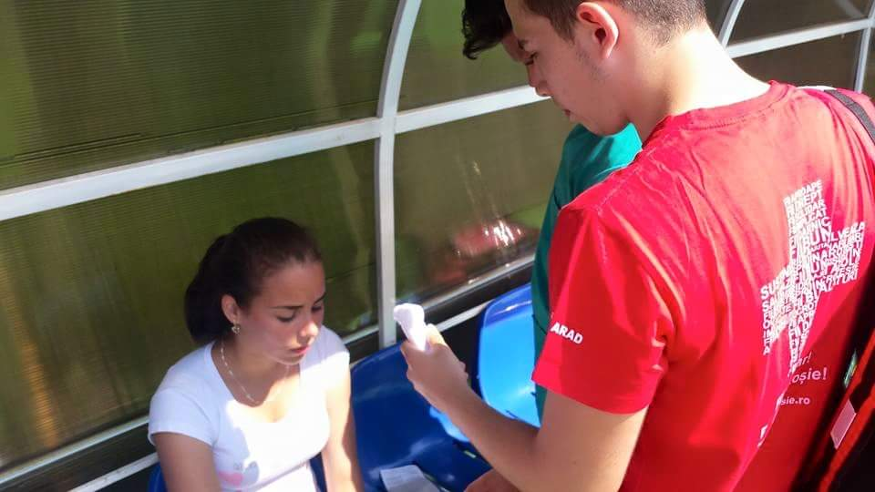 Membrii echipei de sanitari au acordat primul ajutor elevilor participanti