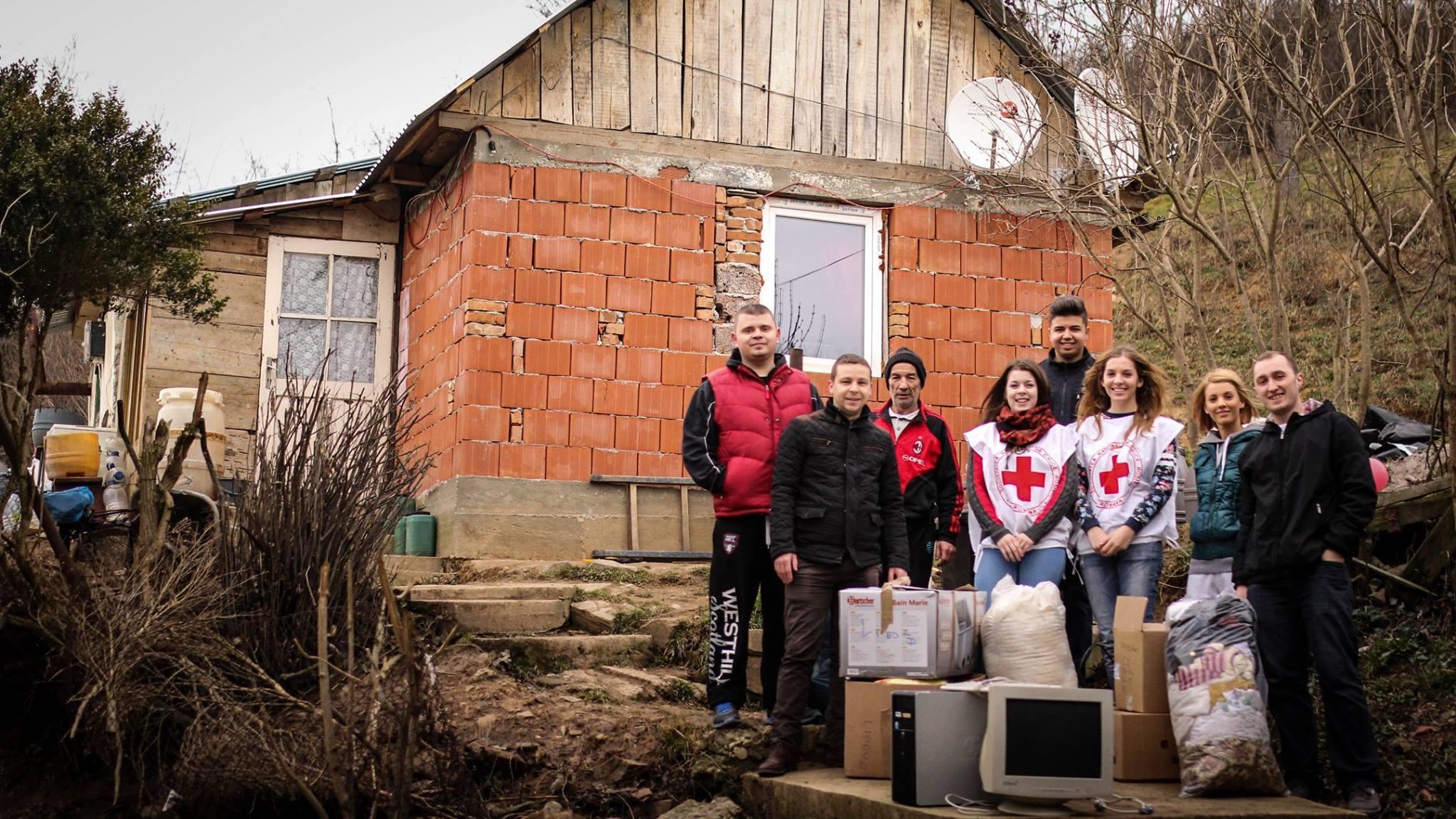 Reprezentatntii Crucea Rosie Lipova au vizitat la domiciliu familiile nevoiase si le-au donat diverse ajutoare colectate