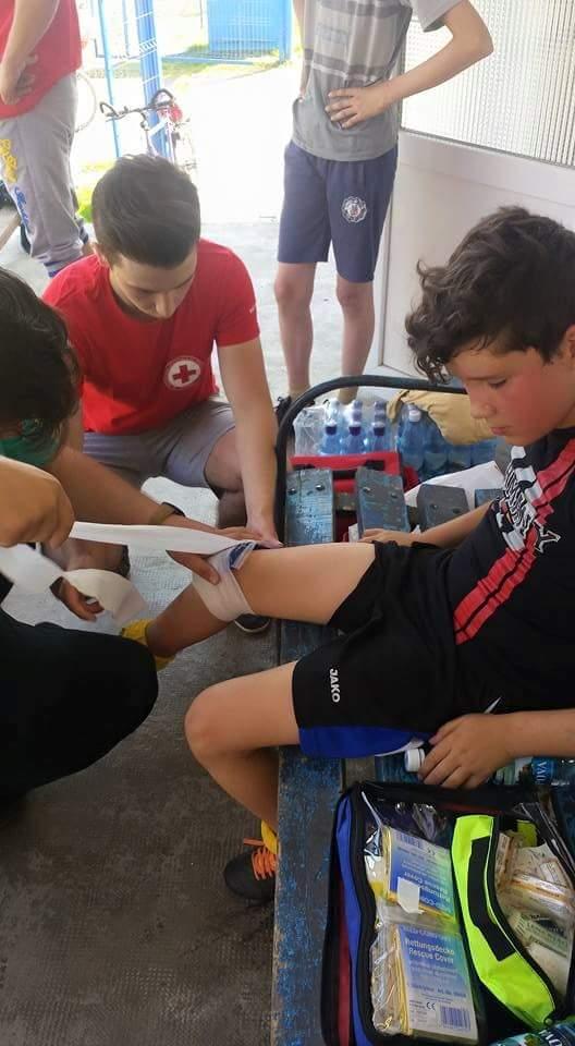 Sanitarii de la Crucea Rosie Lipova au fost alaturi de copiii accidentati in cadrul competitiilor sportive de pe stadion
