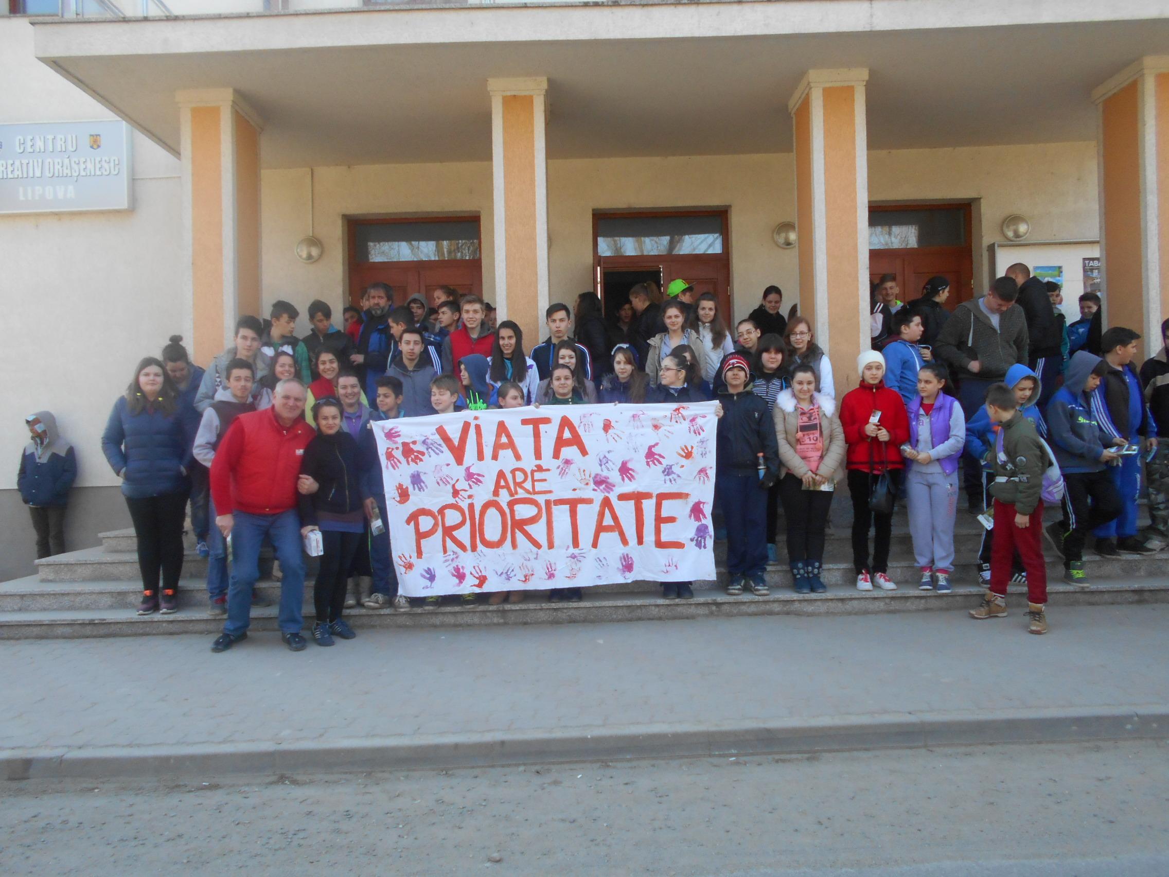 Elevii alaturi de coordonatorii lor au pregatit banner-ul    pentru a sustine Marsul pentru Viata si in anul 2015