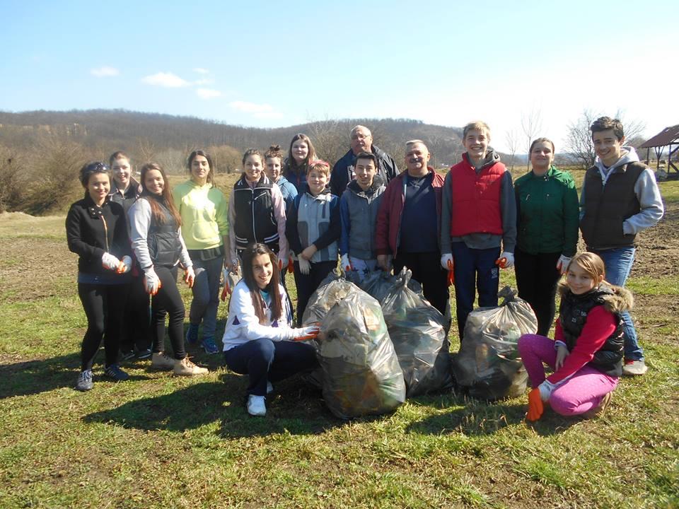 Grupul de voluntari care s-a ocupat de igienizarea zonei   Ariei protejate din Soimos, coordoanti de Monica Urs