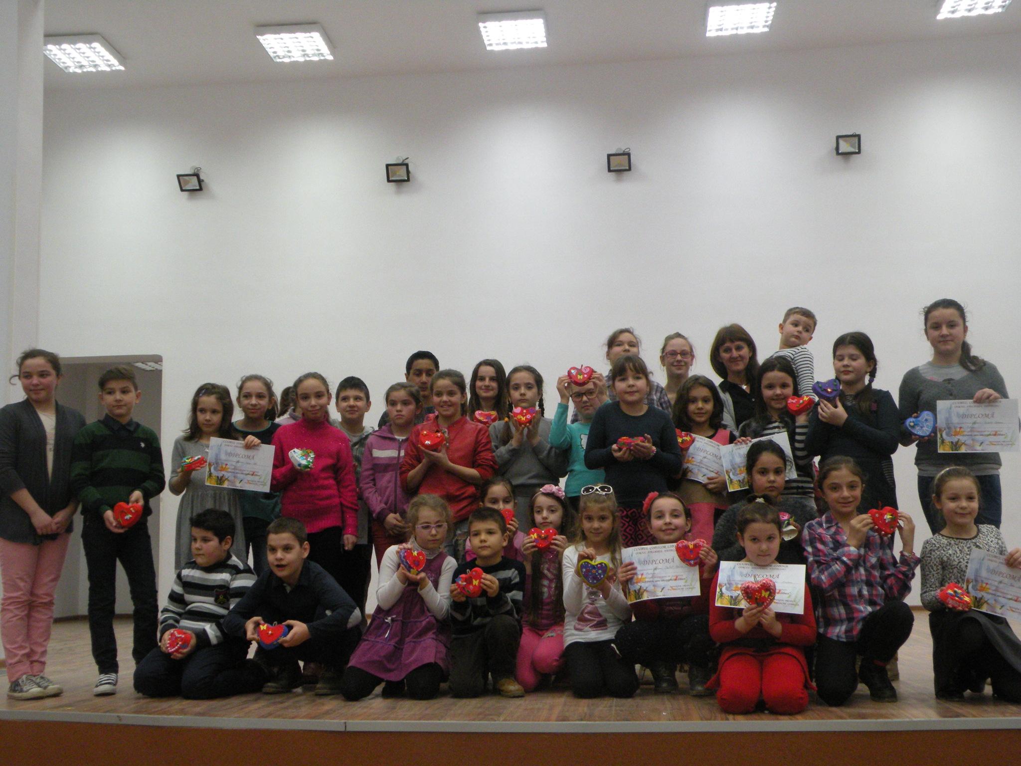 Copiii alaturi de Camelia Iordache, coordonatoarea Cercului Atelierul Fanteziei