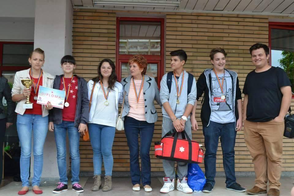Echipajul câştigator de Gimnaziu clasa a VII-a A, de la Grup Scolar Atanasie Marienescu Lipova,
