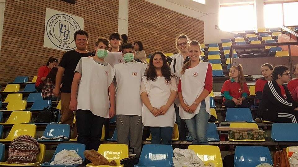 Membrii echipelor de sanitari din orasul Lipova la faza judeteana a concursului Sanitarii Priceputi