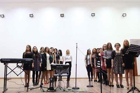 Corul Concertino de la Liceul Atanasie Marienescu, alaturi de prof. Ioana Zelenin
