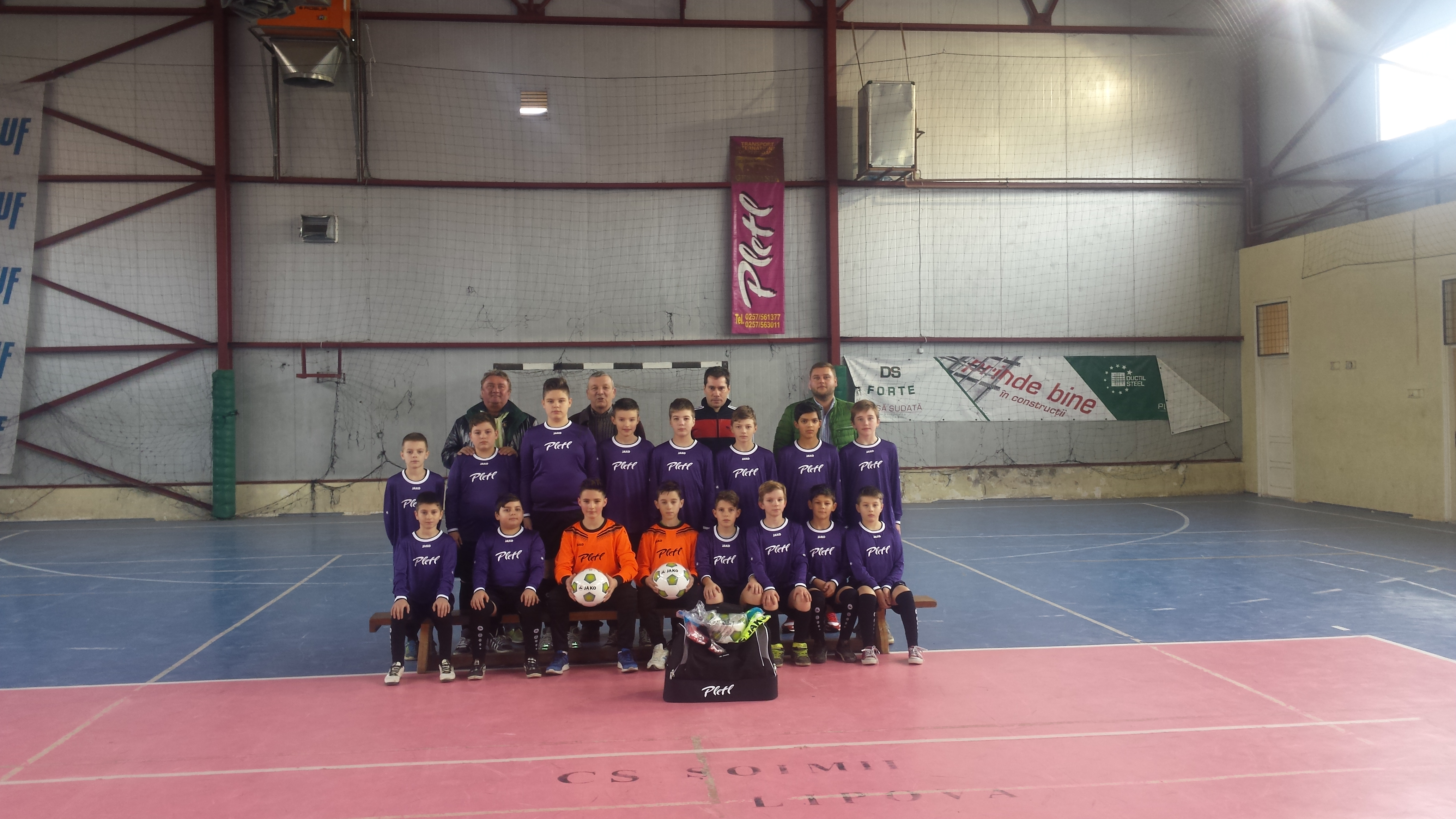 Noile echipamente au fost imbracate de copiii din echipa mica de fotbal a Clubului Sportiv Soimii Lipova