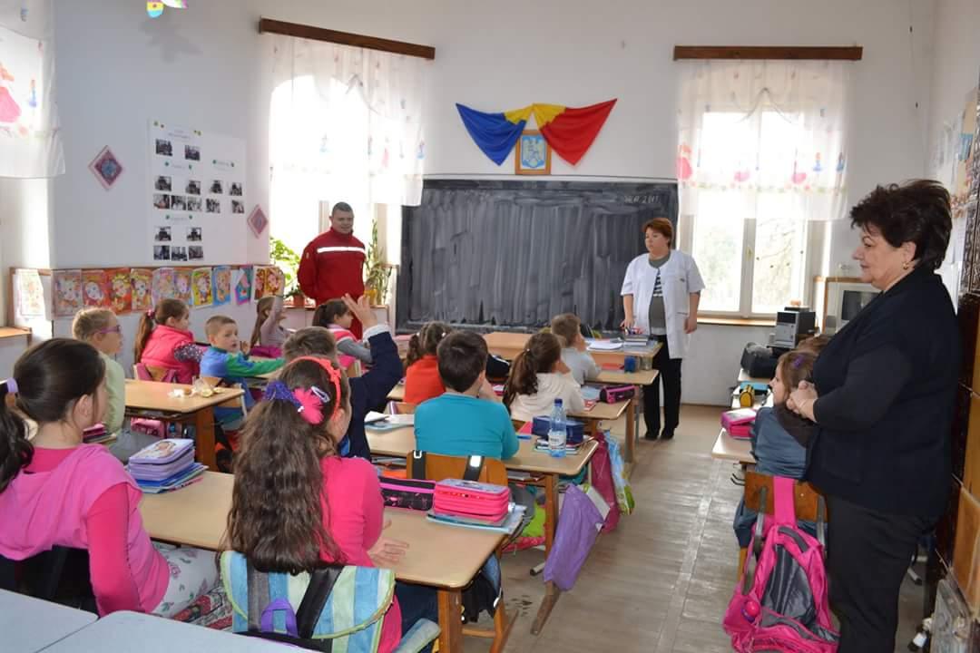 Acţiune în şcoli privind prevenirea cariilor dentare, organizată de  Crucea Roşie Lipova