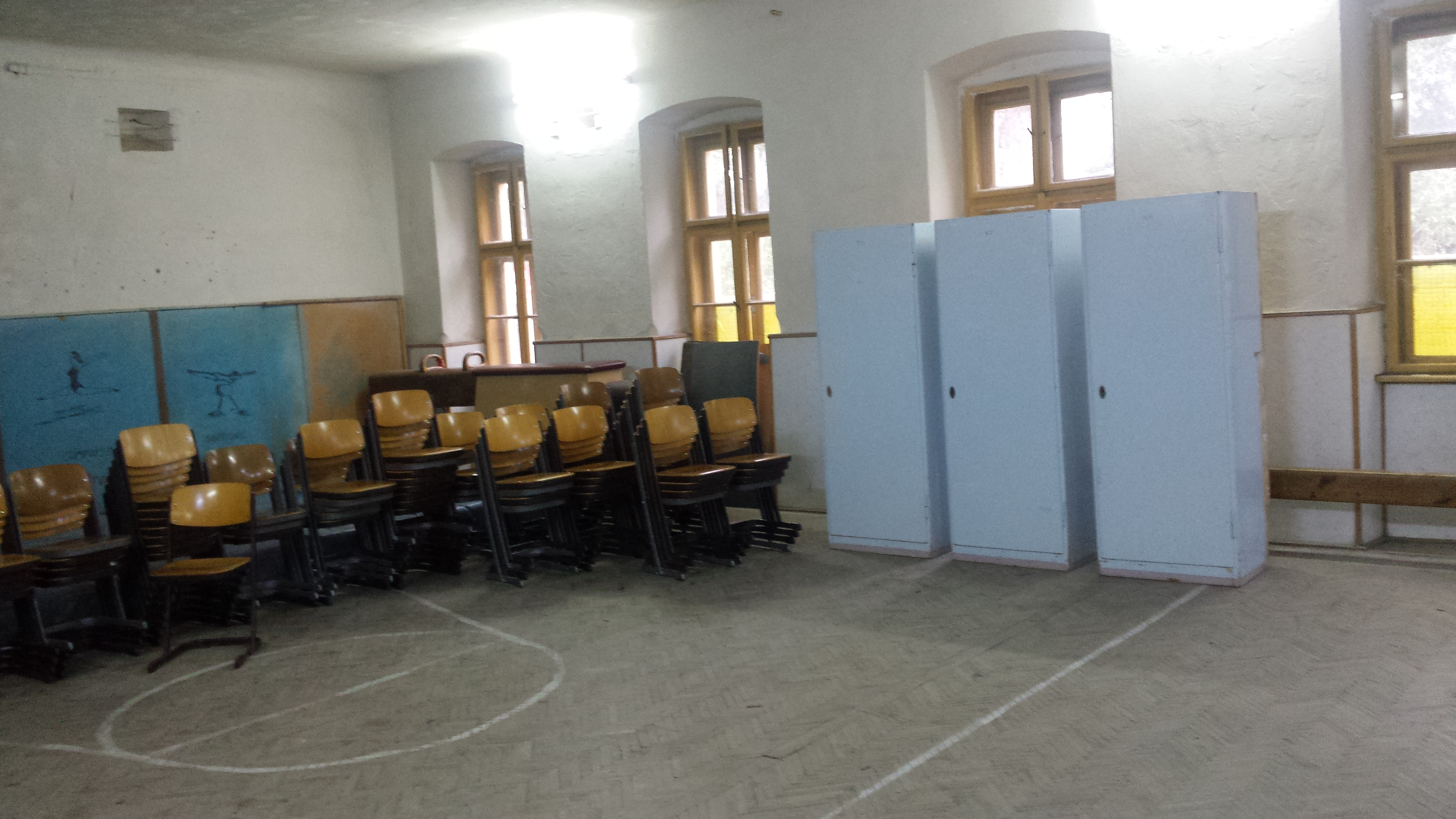 Noile scaune si dulapuri pentru salile de clasa din cadrul Liceului Atanasie Marienescu au fost aduse si isi asteapta noii proprietari