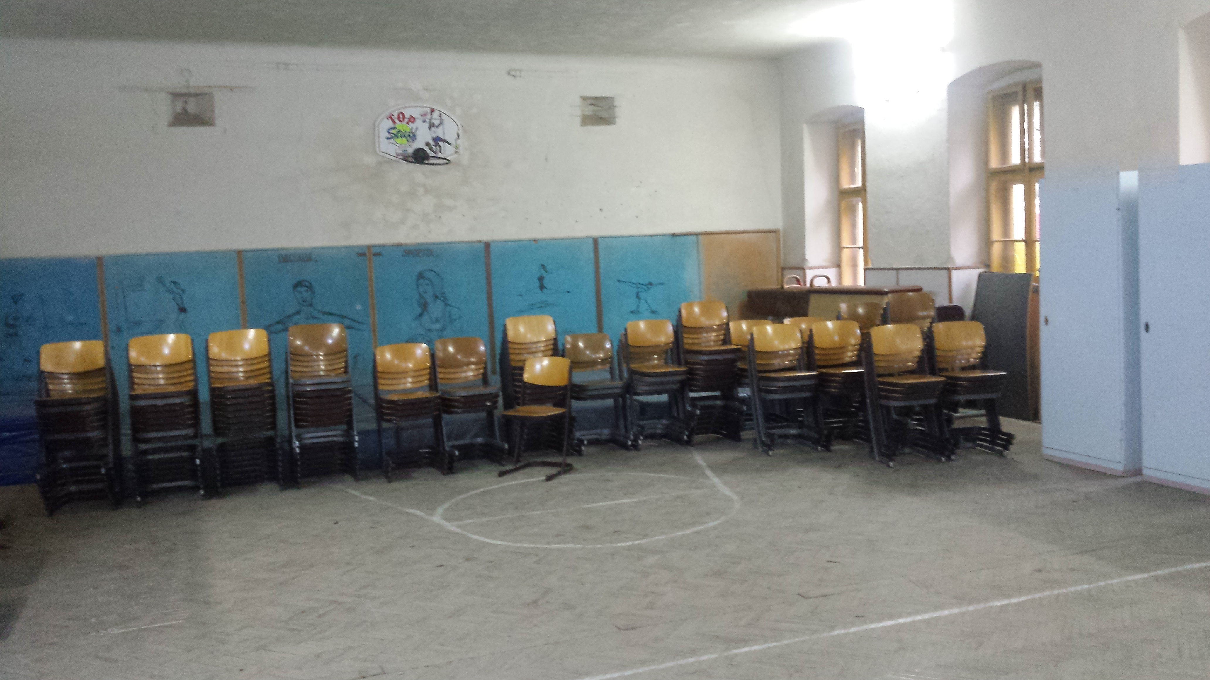 Scaunele pentru elevi si dulapurile au fost aduse la Liceul Atanasie Marienescu Lipova
