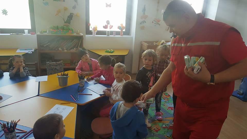 Crucea Roşie Lipova în colaborare cu Compartimentul Asistenţă Medicală Comunitară Lipova, o nouă serie de acţiuni în grădiniţe cu ocazia Zilei Internaţionale a Crucii Roşii
