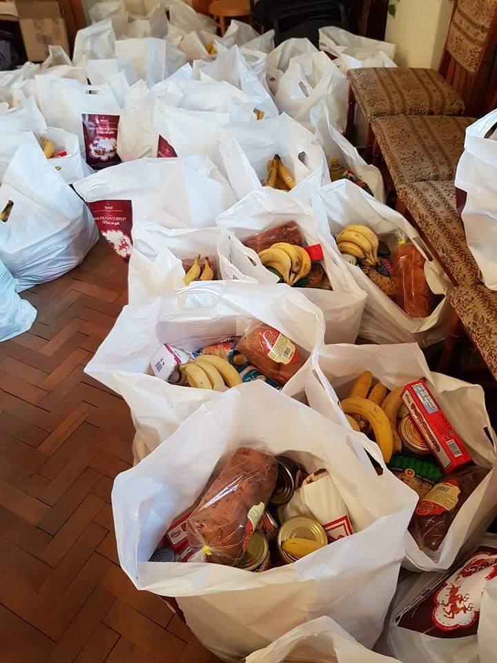 """""""MOŞ  CRĂCIUN CU  SUFLET – MÂINI  CARE  AJUTĂ"""", campania caritabilă care a ajuns în casele a peste  100 de persoane nevoiaşe din oraşul Lipova"""