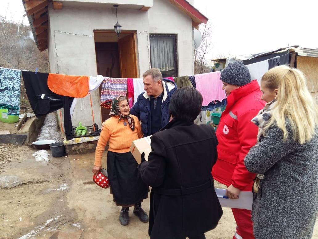"""""""MOŞ  CRĂCIUN CU  SUFLET – MÂINI  CARE  AJUTĂ"""", campania caritabilă care a ajuns și în acest an în casele a peste  50 de familii nevoiaşe din oraşul Lipova"""