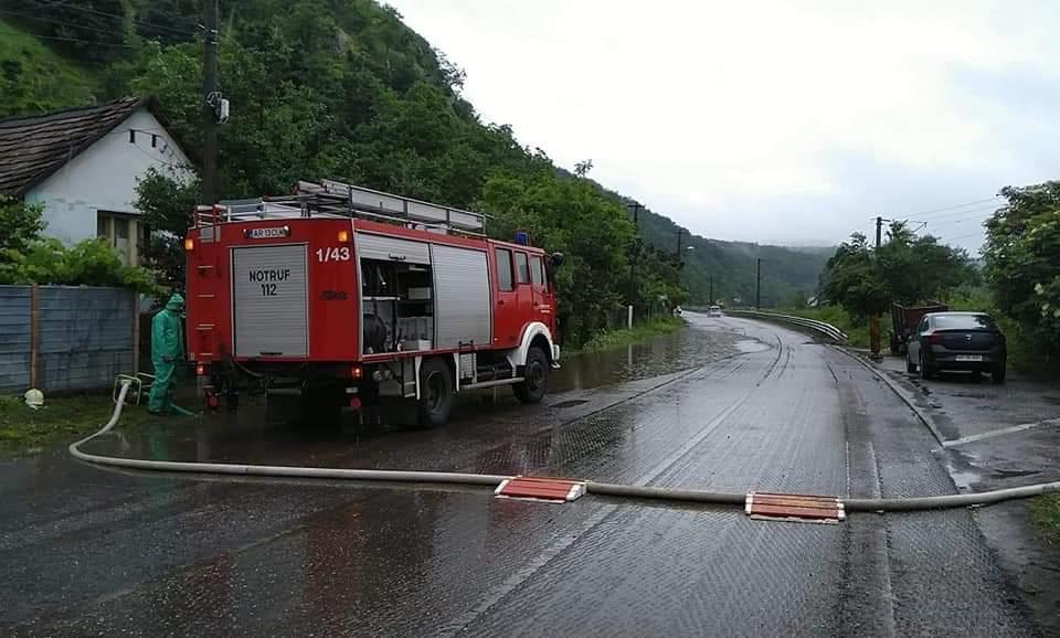 Gospodării,  drumuri afectate și trafic blocat pe DN7,  la ieșirea din orașul Lipova, în urma ploilor abundente
