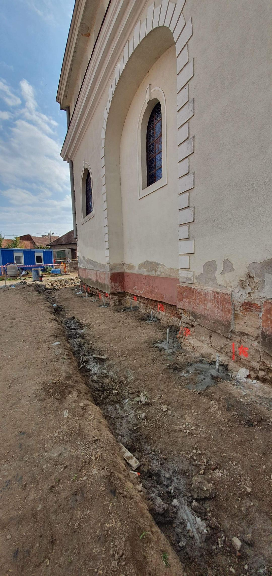 Lucrări avansate în cadrul proiectului pentru reabilitarea Bisericii Ortodoxe din Lipova - se consolidează fundația bisericii