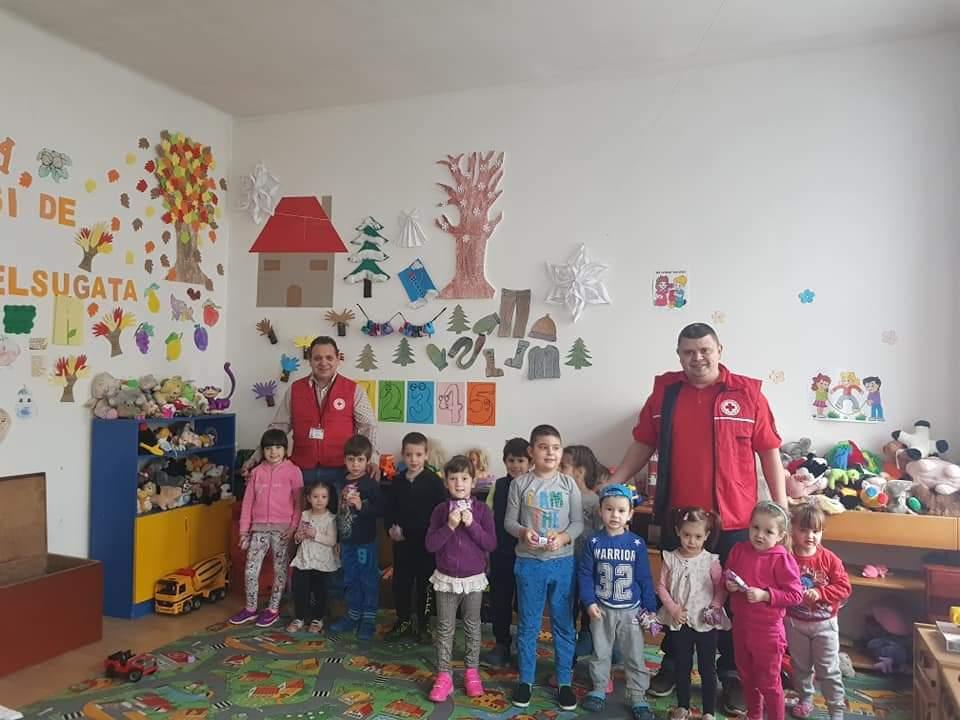 Crucea Roşie Lipova în colaborare cu Compartimentul Asistenţă Medicală Comunitară Lipova, au împărțit săpunuri și au susținut o nouă acțiune de informare asupra igienei personale în grădiniţele lipovane